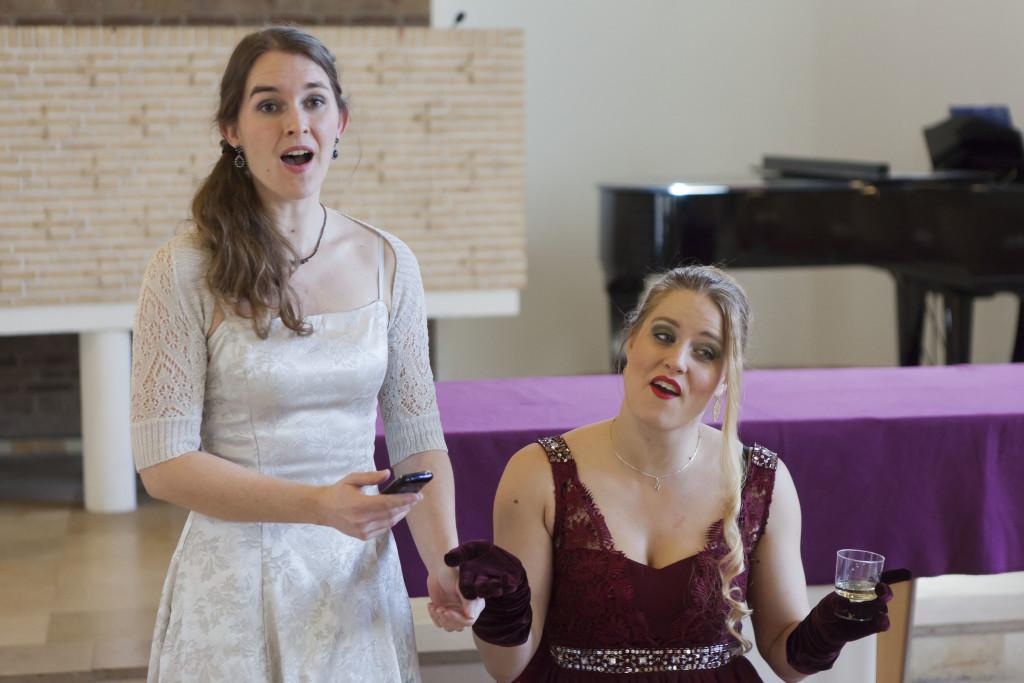 """Foto van Susanna (Iris van 't Veer) en La Contessa (Liza Vingerling) bij uitvoering """"Le Nozze zonder Figaro"""" in Den Dolder."""